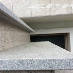 stopnice granitowe jasno-szare płomieniowane Strzelin z kapinosem i fazą technologiczną