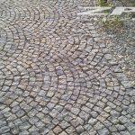 kostka granitowa jasno-szara surowo-łupana Strzelin 8/11 cm