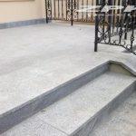 płyty schodowe granitowe jasno-szare płomieniowane Strzelin, podstopnice granitowe ciemno-szare szlifowane Strzelin